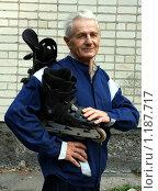 Купить «Довольный пенсионер с роликовыми коньками», фото № 1187717, снято 15 сентября 2009 г. (c) Николай Комаровский / Фотобанк Лори