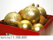 Купить «Праздничная коробка с елочными игрушками на белом фоне», фото № 1188885, снято 11 декабря 2008 г. (c) Александр Грачев / Фотобанк Лори