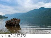 Купить «Старая лодка на берегу туманного озера», фото № 1197373, снято 21 августа 2009 г. (c) Николай Михальченко / Фотобанк Лори