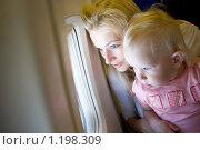 Купить «Мама и дочка смотрят в иллюминатор самолета», фото № 1198309, снято 13 июля 2008 г. (c) Владимир Сурков / Фотобанк Лори