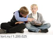 Два ученика с книгами на белом фоне. Стоковое фото, фотограф Дарья Колесникова / Фотобанк Лори