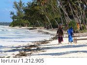 Занзибарские женщины -аборигены на тропическом берегу. Стоковое фото, фотограф Димитрий Сухов / Фотобанк Лори