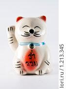 Фарфоровая статуэтка кошки на светлом фоне. Стоковое фото, фотограф Ипполитов Александр / Фотобанк Лори
