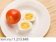 Купить «Вареные яйца и помидор», фото № 1213849, снято 15 июля 2005 г. (c) Кравецкий Геннадий / Фотобанк Лори