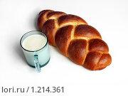 Батон белый плетеный со стаканом молока. Стоковое фото, фотограф Виталий Гречко / Фотобанк Лори