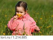Купить «Девочка нюхает одуванчики», фото № 1214885, снято 27 мая 2008 г. (c) Константин Исаков / Фотобанк Лори