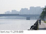 Набережная реки с бегущим человеком, с метро-мостом и домами на заднем плане (2007 год). Стоковое фото, фотограф Сергей Малеинов / Фотобанк Лори