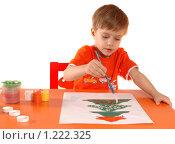 Купить «Ребенок рисует новогоднюю открытку. Изолировано.», фото № 1222325, снято 18 ноября 2009 г. (c) Юлия Кашкарова / Фотобанк Лори