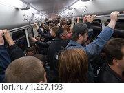 Люди едут в вагоне метро (2007 год). Редакционное фото, фотограф Сергей Малеинов / Фотобанк Лори