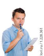 Купить «Молодой человек с блокнотом в руках в раздумьях», фото № 1228361, снято 25 июля 2009 г. (c) Юлия Сайганова / Фотобанк Лори