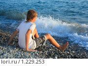 Купить «Мальчик подросток сидит на берегу моря», фото № 1229253, снято 12 июля 2009 г. (c) Losevsky Pavel / Фотобанк Лори