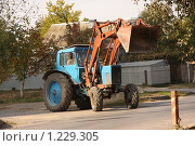 Купить «Трактор с ковшом», фото № 1229305, снято 20 октября 2009 г. (c) Ольга Лерх Olga Lerkh / Фотобанк Лори