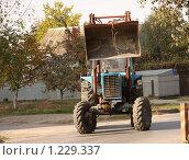 Купить «Трактор с ковшом», фото № 1229337, снято 20 октября 2009 г. (c) Ольга Лерх Olga Lerkh / Фотобанк Лори