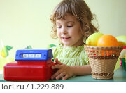Купить «Девочка играет в магазин», фото № 1229889, снято 11 июня 2009 г. (c) Losevsky Pavel / Фотобанк Лори