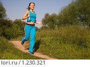Купить «Девушка занимается спортом на природе», фото № 1230321, снято 13 августа 2009 г. (c) Losevsky Pavel / Фотобанк Лори