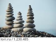 Купить «Камни на пляже сложенные в пирамидки», фото № 1230485, снято 3 июля 2009 г. (c) Losevsky Pavel / Фотобанк Лори