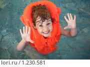 Купить «Маленькая девочка в надувном спасательном жилете дурачится в бассейне», фото № 1230581, снято 3 июля 2009 г. (c) Losevsky Pavel / Фотобанк Лори