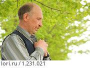 Купить «Мужчина в летнем саду», фото № 1231021, снято 20 мая 2009 г. (c) Losevsky Pavel / Фотобанк Лори