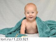 Купить «Милая улыбающаяся малышка после купания», фото № 1233921, снято 7 августа 2008 г. (c) Юлия Шилова / Фотобанк Лори