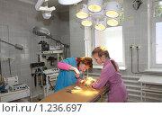 Купить «Ветеринары в операционной за работой. Операция.», фото № 1236697, снято 8 июля 2009 г. (c) Галина Бурцева / Фотобанк Лори