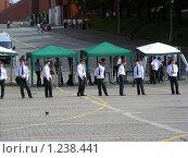 Купить «Москва. Манежная площадь. Милиционеры в оцеплении», эксклюзивное фото № 1238441, снято 12 июня 2009 г. (c) lana1501 / Фотобанк Лори