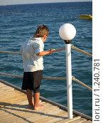 Мальчик на пристани. Стоковое фото, фотограф Зоя Степанова / Фотобанк Лори