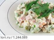 Салат оливье на тарелке на белом фоне. Стоковое фото, фотограф Александр Рюмин / Фотобанк Лори