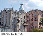 Купить «Дом на Остоженке (Москва), часть крыши которого выполнена в виде перевёрнутой рюмки (в честь избавления домовладельца от пьянства)», фото № 1246425, снято 5 мая 2009 г. (c) Владимир Тарасов / Фотобанк Лори