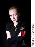 Девушка с бокалом. Стоковое фото, фотограф Бауэр Александра / Фотобанк Лори