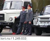 Купить «Милиционеры стоят около машин», эксклюзивное фото № 1249033, снято 18 мая 2008 г. (c) lana1501 / Фотобанк Лори