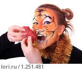 Купить «Девушка тигр с куском сырого мяса», фото № 1251481, снято 18 ноября 2009 г. (c) Юлия Машкова / Фотобанк Лори