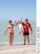 Купить «Счастливая семья на берегу моря», фото № 1252561, снято 20 августа 2009 г. (c) Анатолий Типляшин / Фотобанк Лори