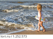Купить «Девочка на берегу моря», фото № 1252573, снято 8 сентября 2009 г. (c) Анатолий Типляшин / Фотобанк Лори