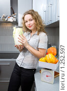 Купить «Красивая женщина на кухне», фото № 1252597, снято 29 ноября 2009 г. (c) Анатолий Типляшин / Фотобанк Лори