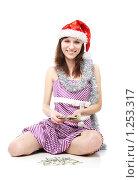 Купить «Девушка в колпаке Санты считает деньги», фото № 1253317, снято 28 ноября 2009 г. (c) Ирина Золина / Фотобанк Лори