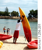 Купить «Человек держит лодку», фото № 1256201, снято 15 ноября 2009 г. (c) SevenOne / Фотобанк Лори