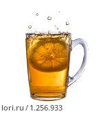 Купить «Лимон упал в чашку с чаем», фото № 1256933, снято 14 ноября 2008 г. (c) Ярослав Данильченко / Фотобанк Лори