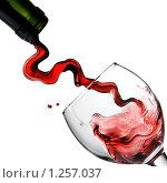 Купить «Красное вино льется в бокал», фото № 1257037, снято 8 декабря 2008 г. (c) Ярослав Данильченко / Фотобанк Лори