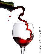 Купить «Красное вино льется в бокал», фото № 1257041, снято 8 декабря 2008 г. (c) Ярослав Данильченко / Фотобанк Лори