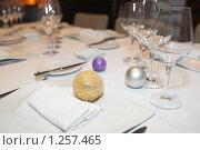 Купить «Рождественские шары на столике в ресторане», фото № 1257465, снято 17 ноября 2009 г. (c) Федор Кондратенко / Фотобанк Лори