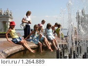 Купить «Волгоград. Дети у фонтана», фото № 1264889, снято 27 мая 2005 г. (c) Целоусов Дмитрий Геннадьевич / Фотобанк Лори