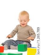Купить «Мальчик играет с кубиками», фото № 1265789, снято 30 августа 2008 г. (c) Валентин Мосичев / Фотобанк Лори