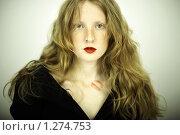 Купить «Портрет молодой рыжей девушки с поцелуем на шее. Студийное фото», фото № 1274753, снято 13 июня 2008 г. (c) Майер Георгий Владимирович / Фотобанк Лори
