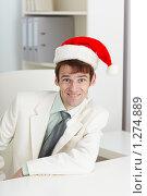Купить «Счастливый человек в красном рождественском колпаке», фото № 1274889, снято 23 октября 2009 г. (c) pzAxe / Фотобанк Лори