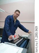 Купить «Мужчина работает за печатной машиной», фото № 1280969, снято 16 сентября 2009 г. (c) Яков Филимонов / Фотобанк Лори
