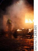 Купить «Пожарный идет в горящий дом», фото № 1283601, снято 7 декабря 2009 г. (c) Татьяна Белова / Фотобанк Лори
