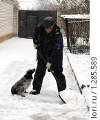 Уборка снега во дворе. Стоковое фото, фотограф Андрей Кириллов / Фотобанк Лори
