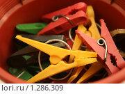 Разноцветные прищепки для белья. Стоковое фото, фотограф Марина Рябущиц / Фотобанк Лори