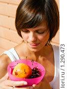 Купить «Девушка с вишней и персиком», фото № 1290473, снято 25 июля 2009 г. (c) Анна Лурье / Фотобанк Лори