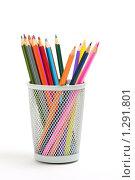 Цветные карандаши стоят в сетчатой офисной корзинке. Стоковое фото, фотограф Владислав Иванов / Фотобанк Лори